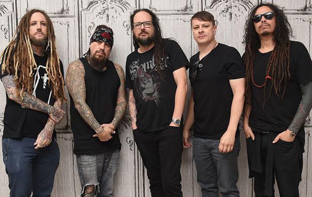 Korn reçoit un disque d'or pour son single Get Up! (ft. Skrillex)