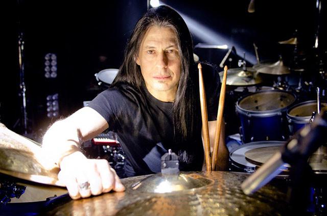 Mike Mangini de Dream Theater joue sur des seaux