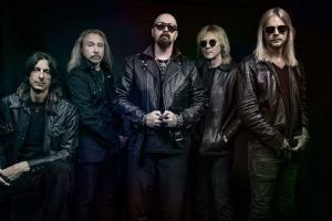 Rob Halford de Judas Priest met un coup de pied dans le téléphone d'un fan