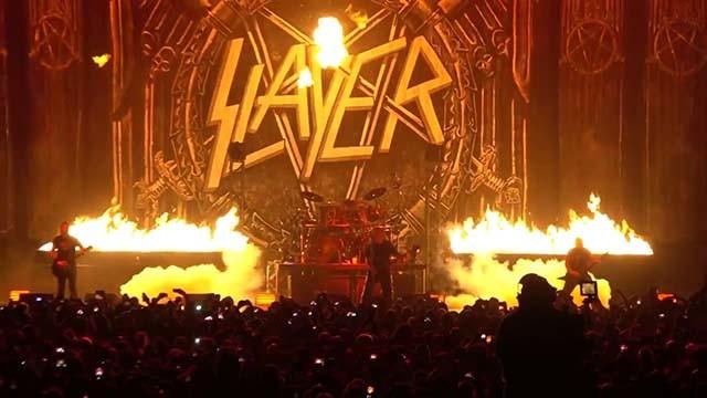 Slayer et Nergal de Behemoth jouent Evil Has No Boundaries en live