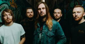 While She Sleeps dénonce l'industrie musicale dans une pub pour son album So What?