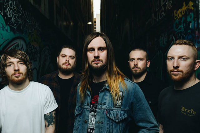 While She Sleeps crée un design de t-shirt pour sensibiliser les gens à l'importance des ventes de merch