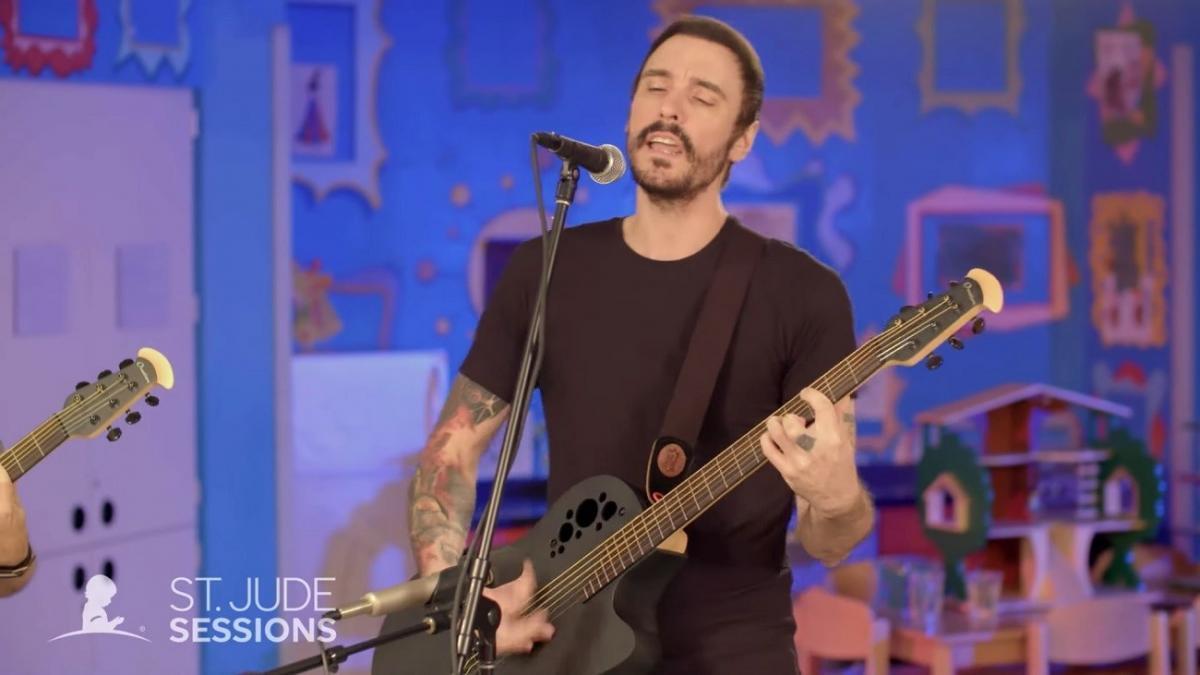 Vidéos de Breaking Benjamin jouant un concert acoustique pour l'hôpital pour enfants St. Jude