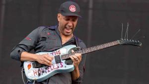 Tom Morello joue sur la chanson de 5 Seconds Of Summer intitulée Teeth