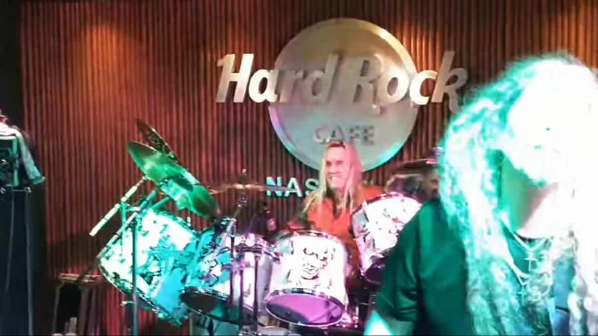 Nicko McBrain joue en live avec un groupe tribute de Iron Maiden