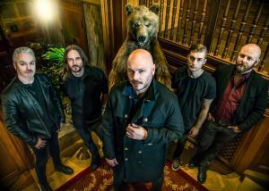 Soilwork annule un concert à Singapour, Björn Strid s'est fait opérer d'une jambe