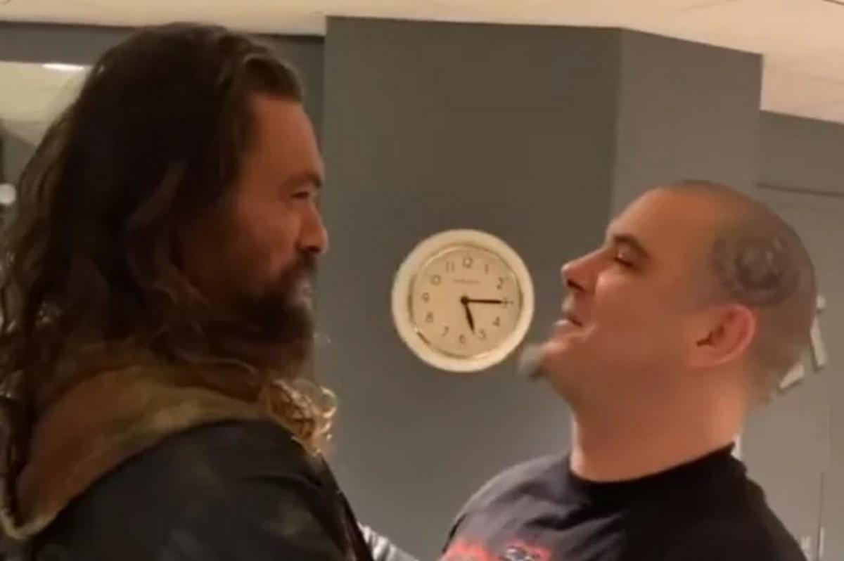 Regardez Jason Momoa chanter This Love de Pantera avec Phil Anselmo