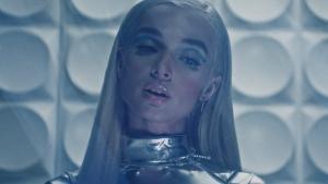 Poppy publie une chanson Electro/Pop/Metal nommée Fill The Crown