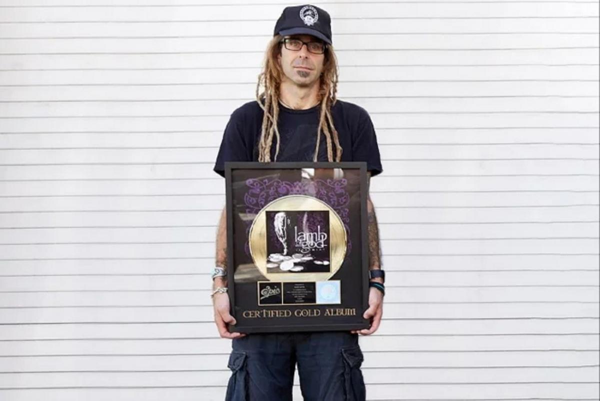 Randy Blythe de Lamb Of God vous permet de gagner son disque d'or de Sacrament en échange d'un don pour combattre le cancer du sein