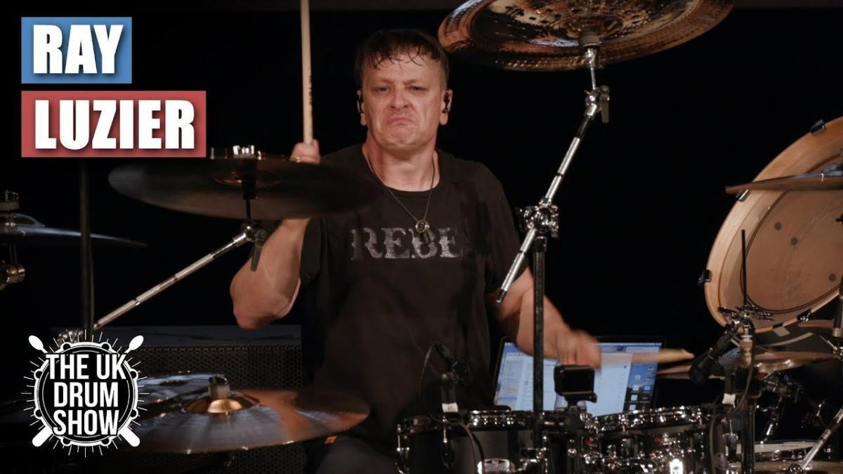 Regardez Ray Luzier de Korn jouer un medley du groupe de Metal à la batterie