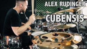 Regardez Alex Rüdinger jouer du Metal Progressif à la batterie avec énergie et précision