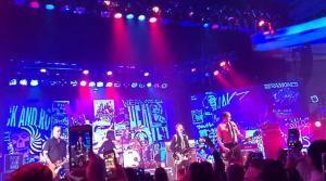 Regardez les membres restants de Nirvana réunis sur scène