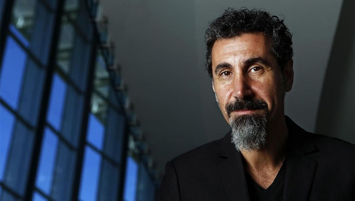 "Serj Tankian de System Of A Down fustige Donald Trump : ""Un vrai leader s'adresserait correctement à la nation"""