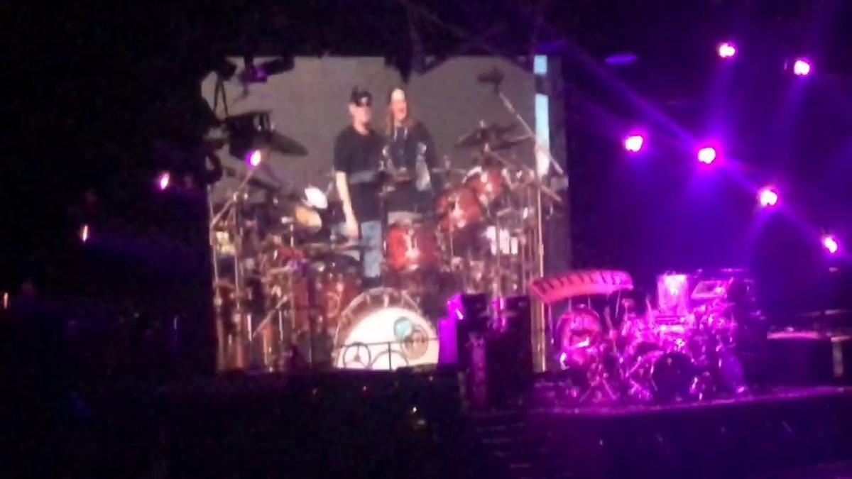 Danny Carey de Tool rend hommage à Neil Peart avec un méga solo de batterie