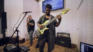 Tosin et Javier de Animals As Leaders jouent The Woven Web au NAMM 2020