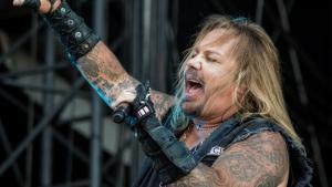 Vince Neil, le frontman de Mötley Crüe, fait le buzz avec une vidéo gâchée pour l'anniversaire d'un fan