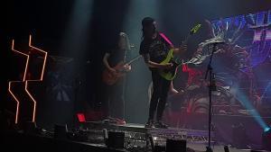Regardez Dragonforce jouer Through The Fire And Flames en live avec Alicia Vigil à la basse