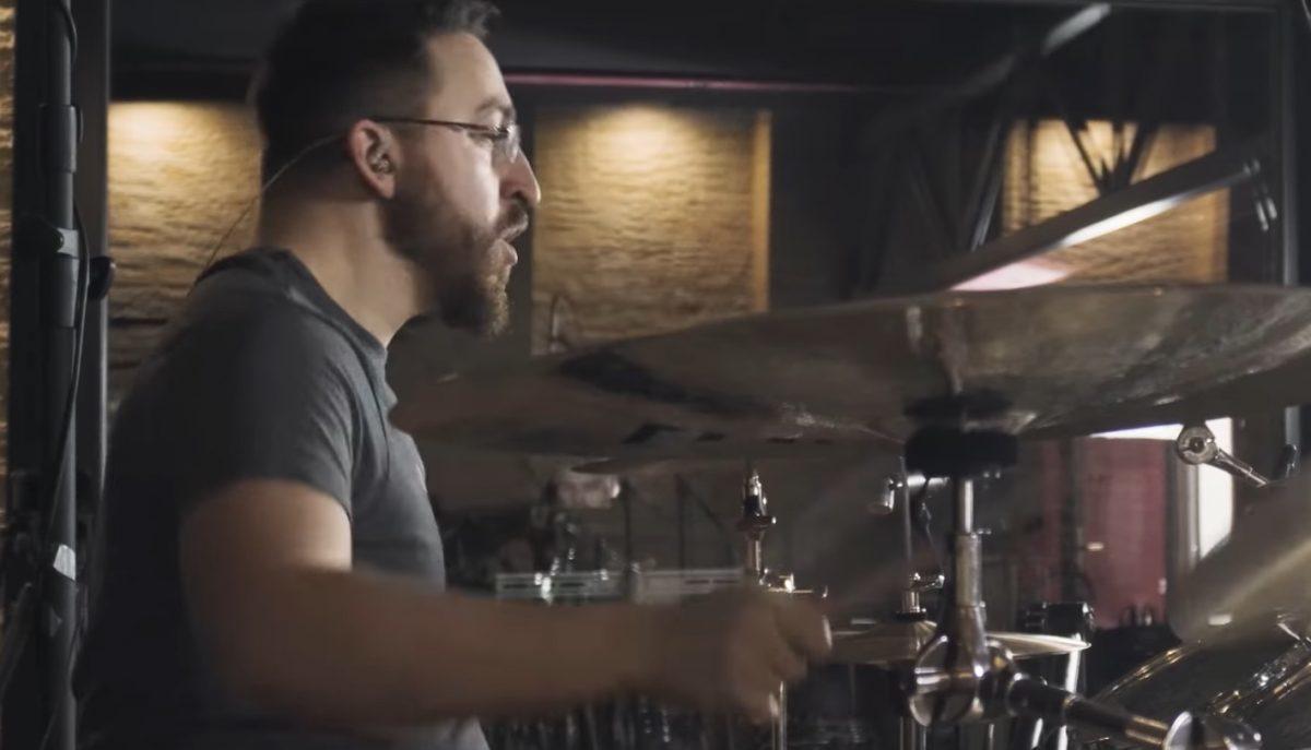 Regardez Mike Malyan de Monuments jouer Animus à la batterie !
