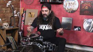 Mike Portnoy joue ses grooves favoris de Rush sur un kit de batterie miniature (et pète un câble)