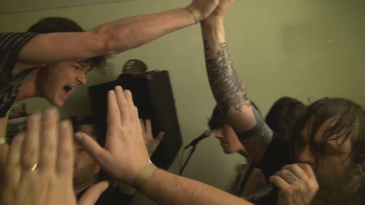 Regardez Norma Jean jouer du gros Metal dans la maison d'un fan