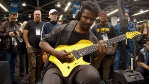 Tosin Abasi de Animals As Leaders domine sa guitare sur le stand de Neural DSP