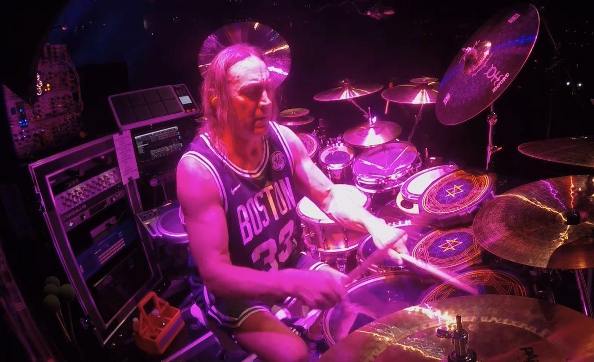 Regardez Danny Carey de Tool jouer Pneuma en live ! (vidéo pro)
