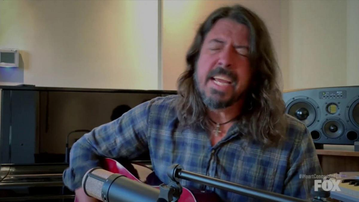 Regardez Dave Grohl de Foo Fighters jouer une version acoustique de My Hero