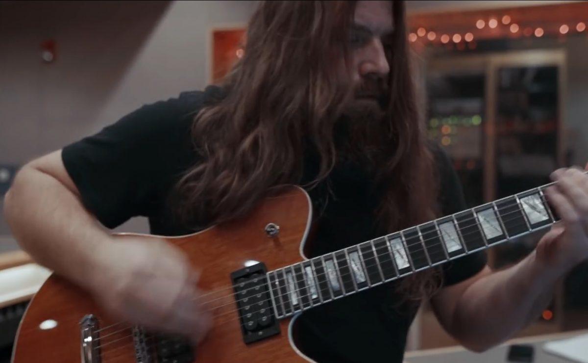 Regardez les guitaristes de Lamb Of God jouer Checkmate