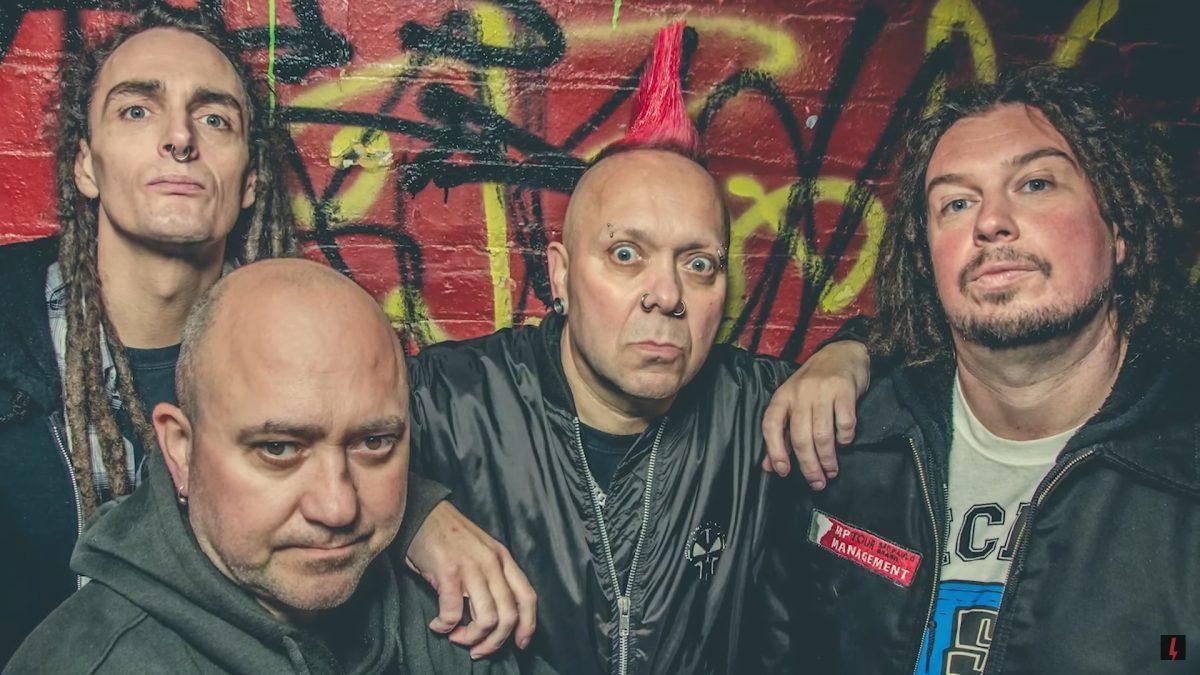 """Un groupe de Punk légendaire refuse d'annuler sa tournée : """"On n'est pas Green Day"""""""