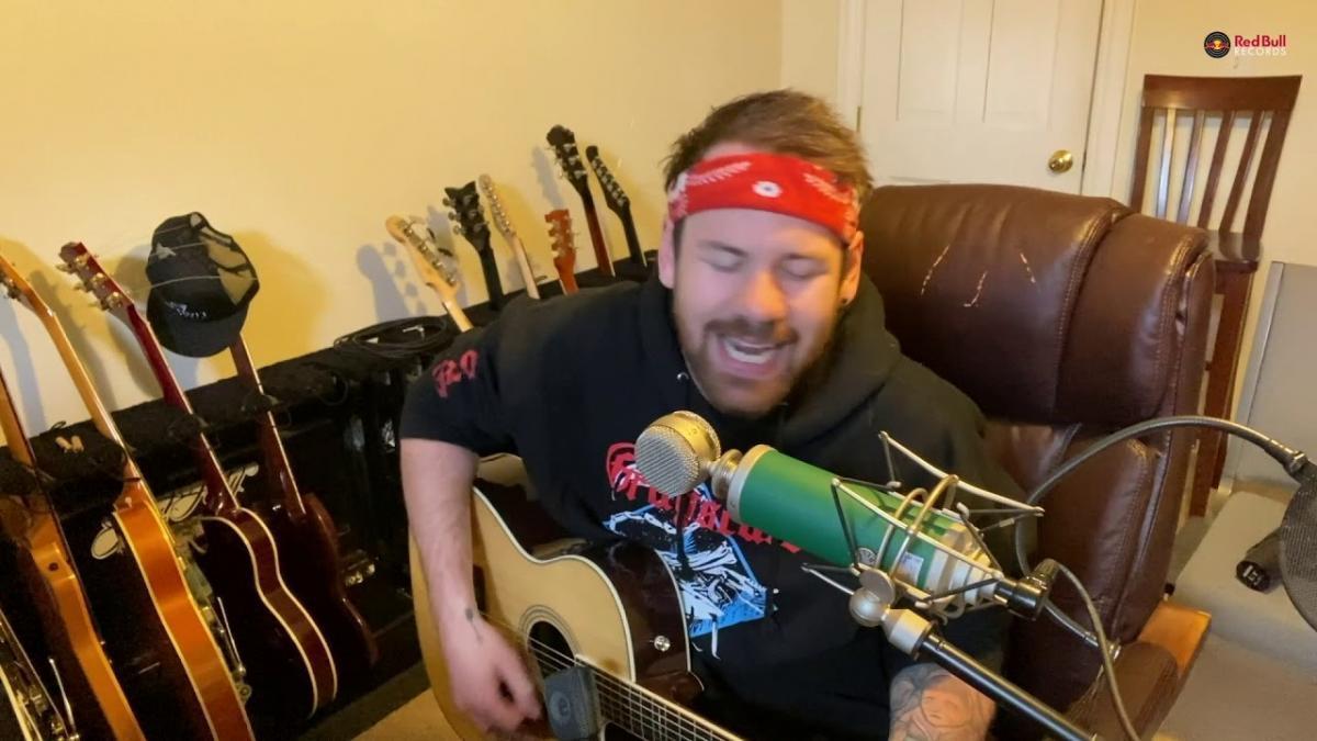 Caleb Shomo de Beartooth joue quelques chansons acoustiques pendant le confinement