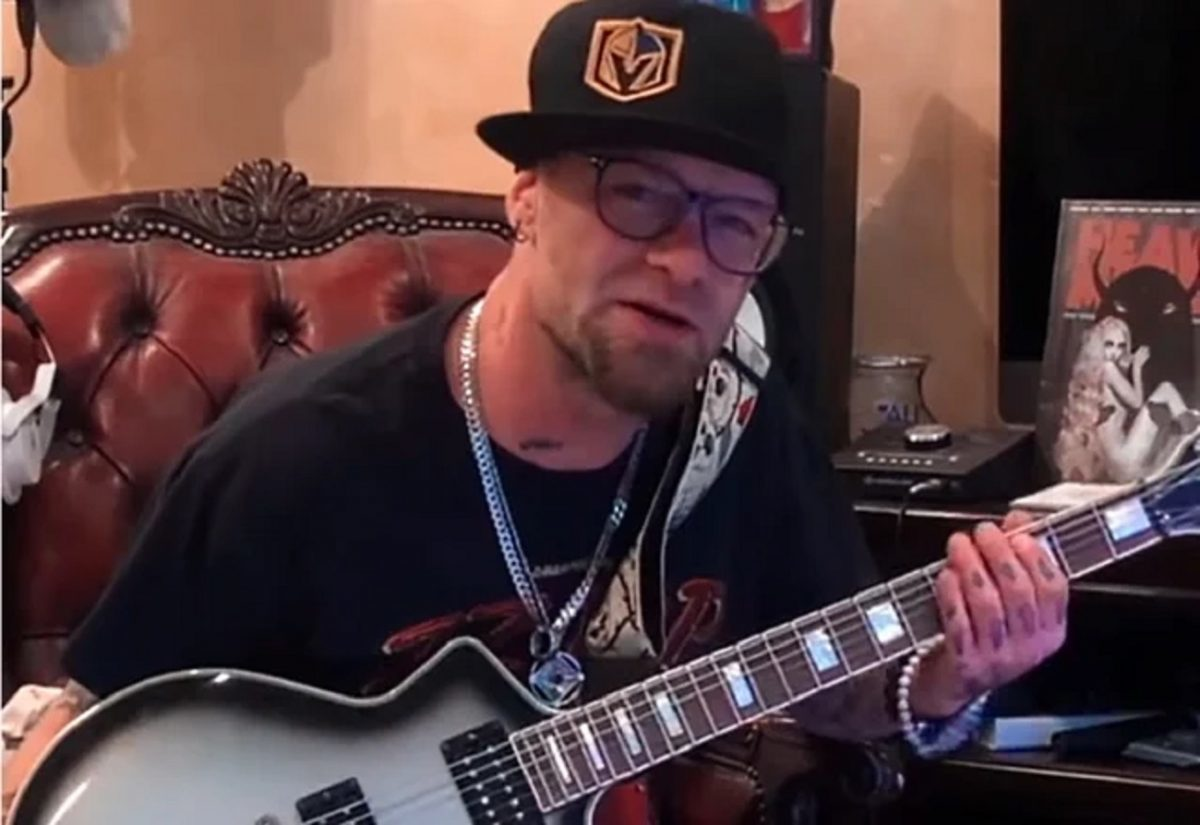 Ivan Moody de Five Finger Death Punch apprend à jouer de la guitare
