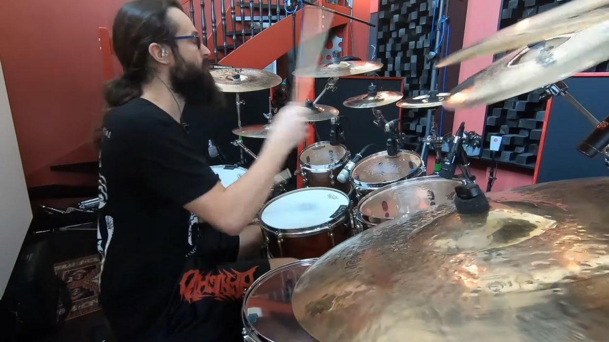 Regardez le batteur de Benighted dominer son kit en jouant du Death Metal brutal et technique