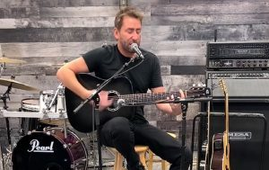 Regardez Nickelback jouer une version acoustique de How You Remind Me
