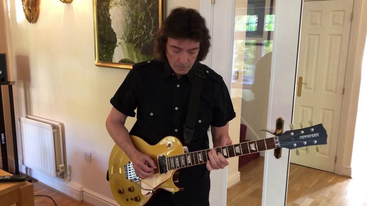 Genesis : Regardez Steve Hackett jouer le solo de guitare de Firth Of Fifth
