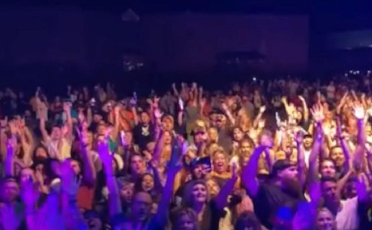 Des milliers de personnes assistent à un concert au Tennessee sans masque ni distance de sécurité