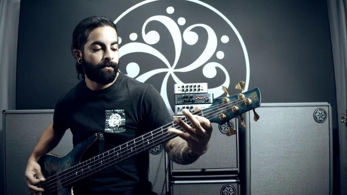Regardez le bassiste de After The Burial jouer Berserker !