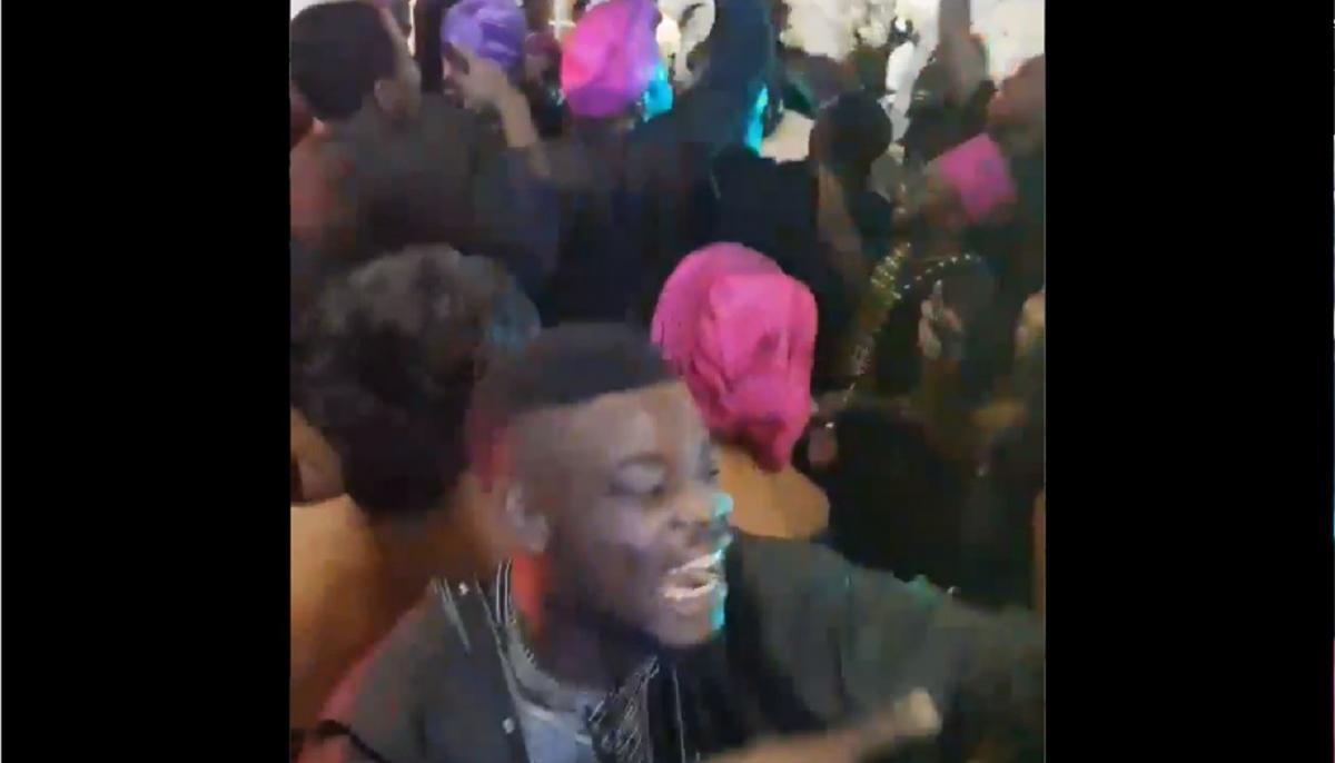 Ce mariage nigérian devient fou en écoutant System Of A Down et Asking Alexandria