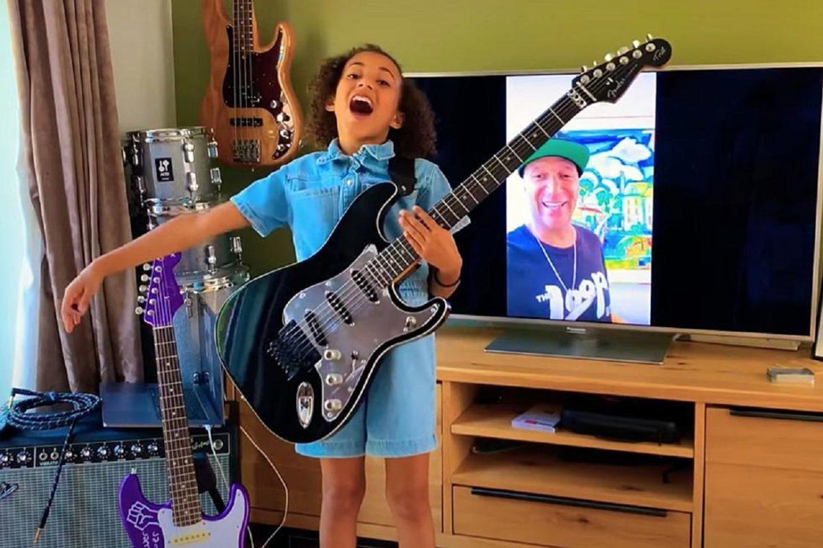 Regardez Tom Morello de Rage Against The Machine offrir une guitare à une jeune fan de 10 ans