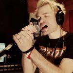 Regardez le frontman de Sum 41 jouer Never There en studio