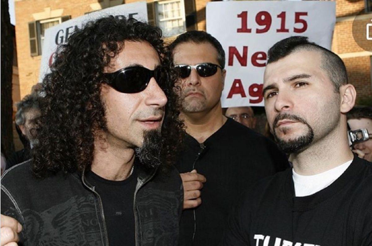 """System Of A Down : Serj Tankian affirme que lui et John Dolmayan sont victimes d'une haine """"injustifiable"""" sur Internet"""
