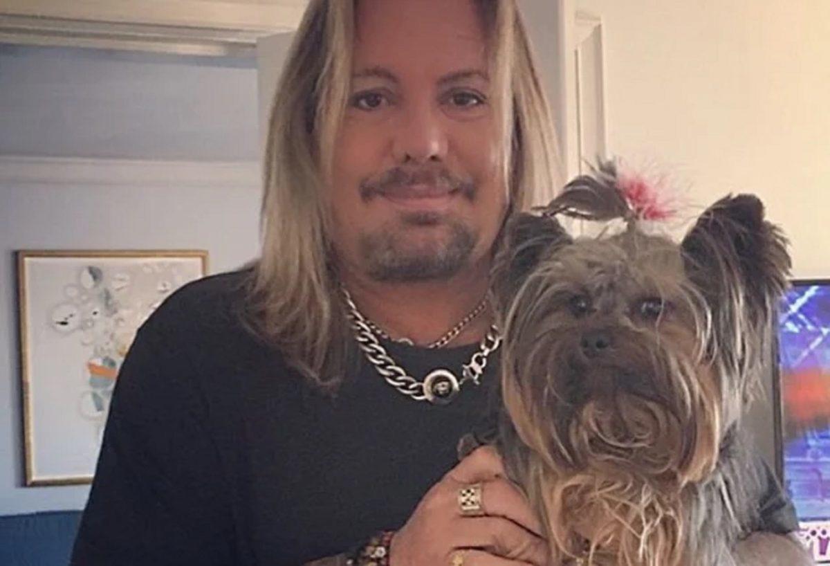 """Vince Neil de Mötley Crüe déclare que son Yorkshire Terrier de cinq ans a été """"brutalement assassiné"""""""