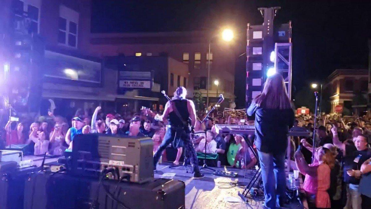 Un groupe de Rock donne un concert aux États-Unis sans aucune restriction : Pas de distanciation sociale, pas de masques (vidéo)