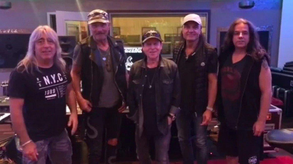 Les musiciens de Scorpions se retrouvent en studio pour continuer à travailler sur leur nouvel album