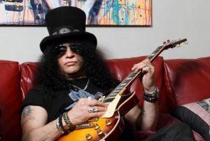 Slash se concentre sur l'écriture de nouvelles musiques et l'enregistrement de guitares pour Guns N' Roses