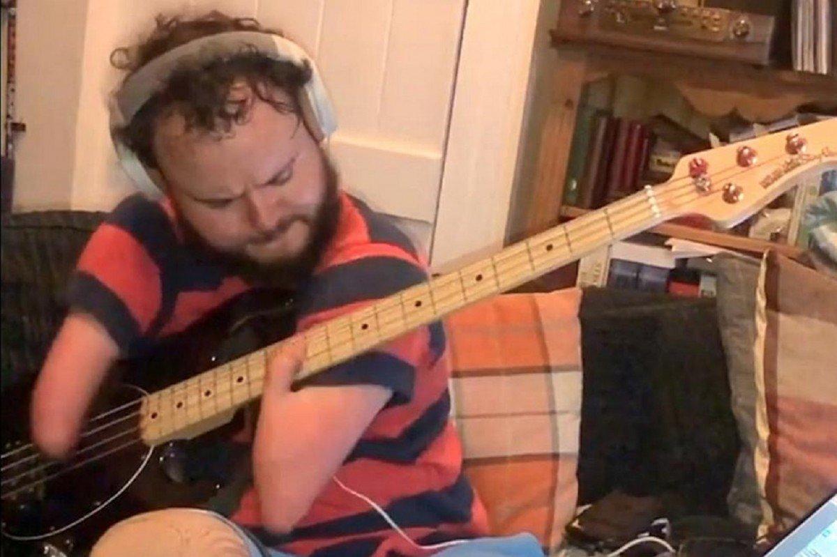 Un musicien sans avant-bras joue du Red Hot Chili Peppers à la basse !