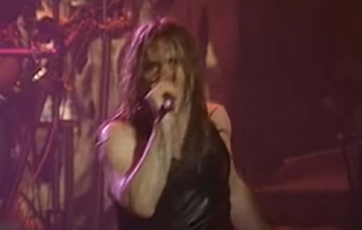 """Regardez Bruce Dickinson se faire """"tuer"""" sur scène lors de son dernier concert avant de quitter Iron Maiden"""