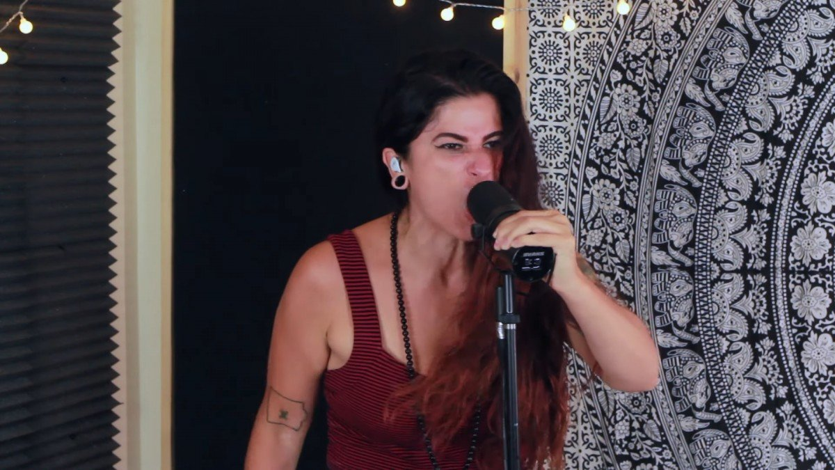 Regardez la chanteuse de Entheos interpréter Remember You Are Dust en live !
