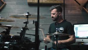 Regardez Matt Greiner de August Burns Red dominer sa batterie en jouant Bloodletter !