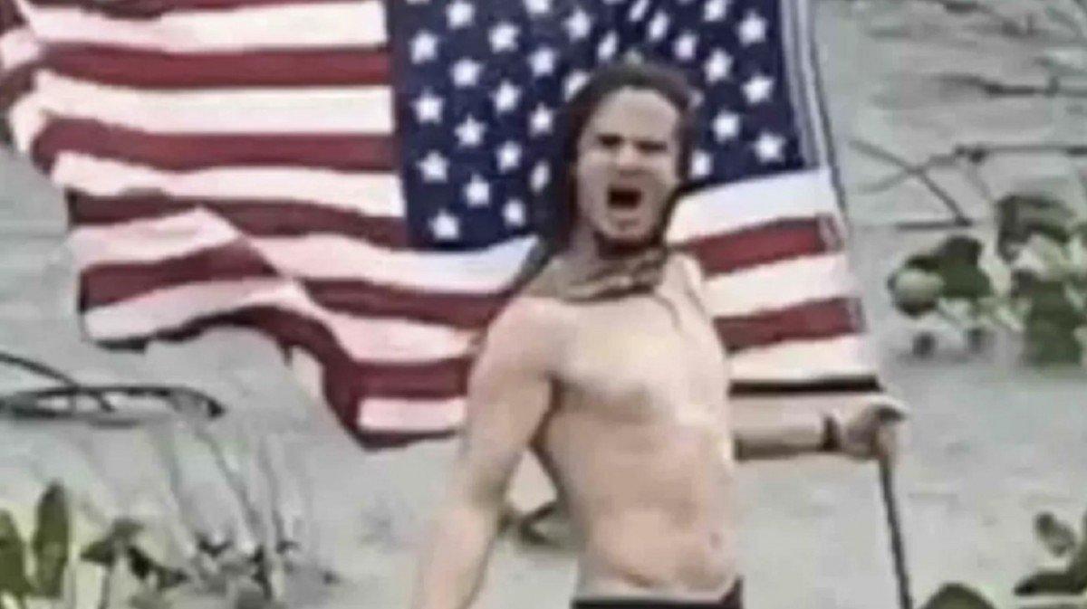 Un homme affronte l'ouragan Laura avec du Metal