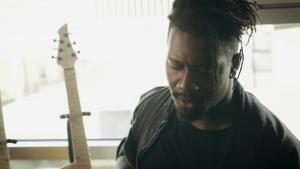 Regardez le guitariste de Animals As Leaders jouer un riff de folie sur sa guitare Abasi Concepts